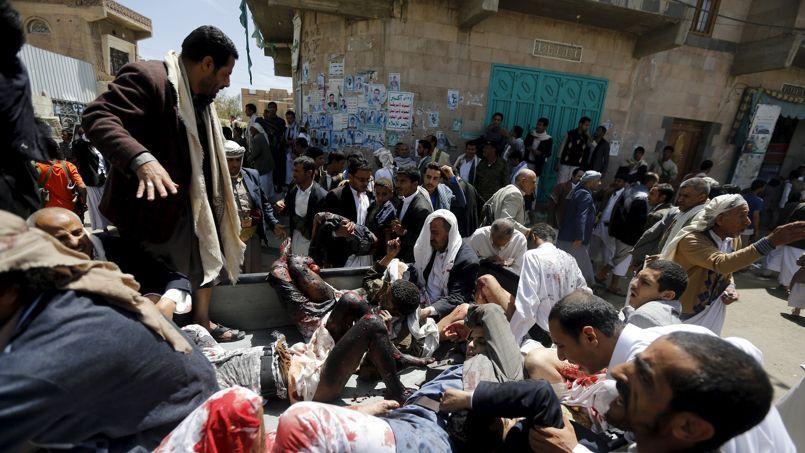 Des blessés sont évacués de la mosquée après un attentat suicide, le 20 mars 2015 à Sanaa.