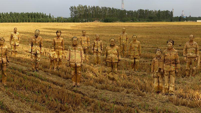 Target n°1 - Cancer Village, 2013. Cette œuvre de Liu Bolin est exposée à la Galerie Paris-Beijing à Paris. Le plasticien s'est fait connaître par ses photos-performances dans lesquelles il se fond dans les couleurs du décor, comme ici dans un champ de blé.