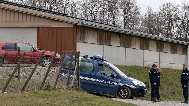 Des gendarmes devant la ferme où un nouveau cas de vache folle a été détecté.