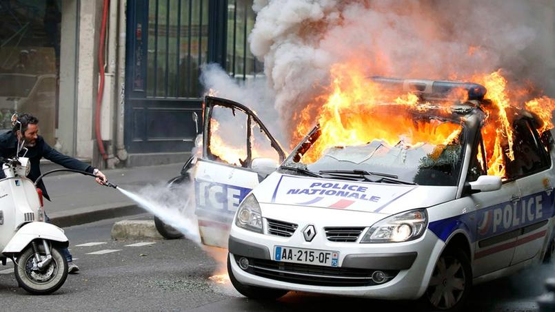 en direct une voiture de police incendi e en marge du mouvement des policiers. Black Bedroom Furniture Sets. Home Design Ideas