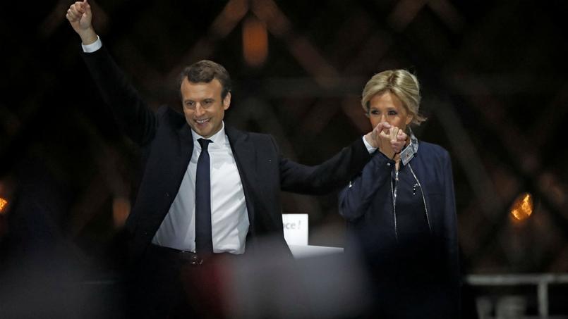 Emmanuel Macron et Brigitte Trogneux sur l'esplanade du Louvre pour célébrer la victoire.