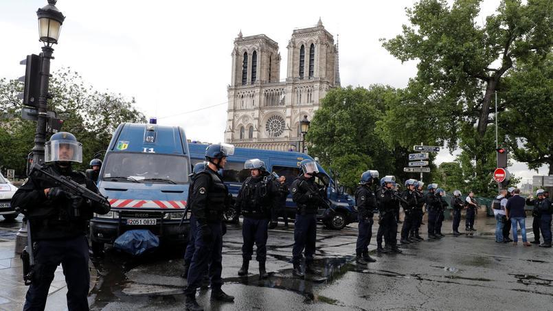 Un homme a tenté de frapper avec un marteau un gardien de la paix sur le parvis de la cathédrale Notre-Dame, à Paris, ce mardi après-midi. Un de ses collègues a riposté en utilisant son arme de service.