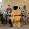 Rencontre sur le terrain entre le général français Bernard Barrera, patron de la composante terrestre de Serval et ses homologues tchadiens.