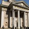 L'architecture néo-classique est une constante en ville. Ici, le palais de la Bourse.