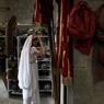 Avant d'entre en scène, une comedienne ajuste sa coiffe dans les vestiaires. Crédit photo: Pierre Terdjman/Cosmos pour le Figaro Magazine