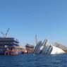 L'étrave du navire de 114.000 tonnes, couché sur tribord à totalement disparue dans les flots.