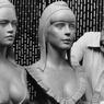 Mireille Mathieu (buste de droite) remplace Brigitte Bardot comme modèle pour l'effigie de Marianne. Ce nouveau buste a été sculpté par Alain Aslan (à droite), en 1978.