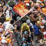 Une foule en liesse est conquise par un groupe de coureurs, dont le Maillot jaune Christopher Froome passe sous un drapeau à l'effigie des lions d'Albion, sa patrie.