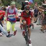 Tejay Van Garderen, comme les autres coureurs, a été harcelé par des supporters totalement inconscients, courant tout près, manquant de le faire tomber. Sans doute agacé par cette attitude, un autre spectateur décide de le stopper d'une manière un peu brutale…