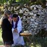 Ce 15 août, un prêtre entend la confession d'une fidèle à Rocamadour. Depuis déjà plusieurs siècles, l'indulgence plénière est accordée aux pélerins qui y reçoivent les sacrements du pardon et de la communion.