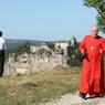 Le cardinal québecois Marc Ouellet, en rouge, discute avec un prêtre avant de célébrer la messe de l'Assomption. En mars dernier, il était l'un des cardinaux pressentis pour succéder à Benoit XVI.