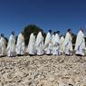 Parés de blanc, couleur de la Vierge Marie, des prêtres effectuent une procession avant la messe solennelle de l'Assomption.