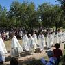 Prêtres et fidèles sont venus particulièrement nombreux pour cette célébration: en plus de l'Assomption, on fête à Rocamadour le centenaire de la basilique et le millénaire du sanctuaire.