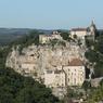 Dominant la vallée de l'Alzou, dans le Lot, le village de Rocamadour attire des visiteurs depuis le XIIe siècle: le sanctuaire était alors le troisième lieu de pélerinage de la chrétienté après Rome et Jérusalem.