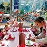 Dans ce restaurant, les poupées des petites filles sont servies comme des clientes.