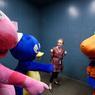 Dans l'ascenseur qui les mène des coulisses vers la partie publique du Mall, les mascottes se préparent au spectacle.
