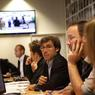 Le journaliste-vedette et son équipe, pendant la conférence de rédaction du matin.