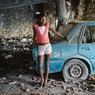 Une fillette joue dans le parking de l'ancien hôtel, à Castel d'Haïti .