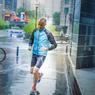 A l'heure du déjeuner, le journaliste décompresse en s'accordant un footing. Même sous une pluie battante.