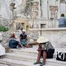 Chassés brutalement du camp de la Place Sainte-Anne, où ils avaient trouvé un abri depuis le séisme du 12 janvier 2010, ces réfugiés se sont rassemblés dans ce qu'il reste de l'église, où ils implorent l'aide de Dieu.