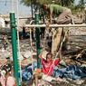 Des enfants profitent encore quelques instants de l'aire de jeux du camp, pendant que leurs parents rassemblent leurs affaires.