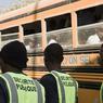 Sous la surveillance de vigiles, la ville organise le transport des écoliers, depuis les quartiers les plus éloignés jusqu'au centre-ville.