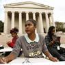 Des étudiants assistent à un cours de fortune sur les marches de la National Gallery d'art, fermée aussi.