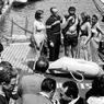 Pendant le festival de Cannes, réception à bord du bateau la Calypso avant la projection du film Le monde du silence. De gauche à droite: Édith Fetline, le commandant Jacques-Yves Cousteau, Albert Falco, Isabelle Corey et Bella Darvi, le 29 avril 1956.