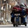 LA ROUTE DE L'EXIL. Lourdement chargée, cette famille de la ville syrienne de Deir al-Zor, à quelque 450km à l'est de Damas, la capitale du pays, a choisi de prendre le chemin de l'exil. A bord de leur étonnant tricycle motorisé, voici tout ce qu'ils possèdent et ont pu emporter. Leur seul espoir? La promesse d'une longue route vers l'un des nombreux camps de réfugiés où les Syriens s'entassent, chassés par la guerre civile. Selon plusieurs ONG, le conflit aurait déjà fait plus de 115000 morts en 2ans et demi et poussé, selon l'ONU, des millions de Syriens à quitter leur foyer pour fuir la violence.