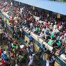 BANGLADESH - Plusieurs milliers de personnes ont envahi un train et s'apprêtent ainsi à rejoindre leur famille pour fêter l'Aïd.