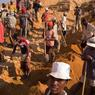 Dans cette mine d'Ilakaka, les mineurs louent au propriétaire une heure de labeur dans l'espoir de trouver des saphirs.