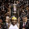 VICTORIEUSE. L'Américaine Serena Williams a remporté pour la 4e fois le Masters féminin en battant la Chinoise Li Na 2-6, 6-3, 6-0 en finale à Istanbul. La numéro 1 mondiale décroche le 11e titre d'une saison 2013 exceptionnelle. Depuis Wimbledon 2011, la joueuse n'a perdu que deux de ses 34 rencontres face à des joueuses du Top 5 mondial. En gagnant son 74e match de l'année, elle a ajouté un 57e trophée à son palmarès, déjà riche de 17 titres du Grand Chelem.
