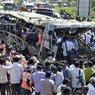 DRAME. Un violent incendie à bord d'un bus, provoqué par l'explosion du réservoir, a tué 44 personnes, dont des enfants, mercredi 30 octobre au matin dans le sud de l'Inde. L'incendie s'est déclaré lorsque le car a heurté le terre-plein d'une autoroute dans le sud entre Bangalore et Hyderabad. Cinq personnes dont le chauffeur et le responsable du nettoyage du bus, ont cassé des vitres et sont parvenus à sortir du véhicule avant qu'il ne soit ravagé par les flammes.
