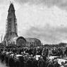 Verdun: l'ossuaire de Douaumont lors de son inauguration officielle par le président de la République Albert Lebrun, le 7 août 1932. Symbole du champ de bataille de Verdun, l'ossuaire de Douaumont est une oeuvre privée, fondée pour donner une sépulture aux soldats non identifiés tombés sur le champ de bataille.