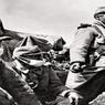 Vauqois, 1915: Poilus dans une tranchée de première ligne.Près de 17 km de puits et de galeries furent aménagées pour abriter les combattants des deux camps et alimenter la guerre des mines qui atteignit ici son paroxysme: 519 explosions y furent recensées.