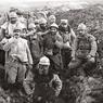 1916: Poilus dans une tranchée de la Main de Massiges. Le terrain, resté en l'état, est restauré par une petite association locale qui retrouve encore chaque année les corps de soldats ensevelis.