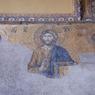 Mosaïque de la déisis: la Vierge et Jean-Baptiste implorent le Christ. La partie basse de la mosaïque a sans doute été détériorée par l'humidité. La basilique Sainte-Sophie devenue mosquée au 15e siècle a également vu bon nombre de ses mosaïques recouvertes de plâtre, à cause de l'interdiction dans l'Islam de représenter des scènes figuratives.