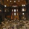 1934, Sainte-Sophie devient un musée. Mustafa Kemal Atatürk, alors au pouvoir, désaffecte le lieu du culte. Il fait décrocher les grands panneaux circulaires portant le nom d'Allah, de Mahomet et des califes. Plus tard en 1951, le gouvernement Menderes fait remettre en place les grands panneaux aux caractères arabes.