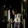 Brigitte, 52 ans, habite avec son mari Bernard, 58 ans, à Lavaufranche (Creuse). Brigitte a toujours en mémoire cette phrase entendue dans son enfance: «Qu'est-ce qu'on va faire d'elle?». Bernard, lui, a vécu des années sur une décharge publique. Aujourd'hui, le couple vie grâce aux collectes du mari: bois, vêtements et les invendus à la fin des marchés.