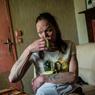 Isabelle, 52 ans, habite à Berteaucourt-les-Dames (Somme). Elle est sans emploi ni voiture mais veut s'en sortir, retrouver du travail. «Quand j'ai fini de payer mes factures, il me reste 250 € pour vivre avec ma fille», explique Isabelle, tombée dans l'alcoolisme.