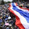 Après l'annonce de la dissolution du Parlement, quelque 100.000 manifestants thaîlandais ont déployé un immense drapeau devant le gouvernement à Bangkok.