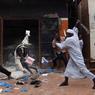 Les propriétaires des commerces chassent les voleurs avec des machettes. Les Français sont déjà loin.