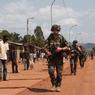 L'avenue Poussière traverse le quartier Combattants, un faubourg populaire de Bangui à côté de l'aéroport M'Poko. Une unité française y patrouille à pied.
