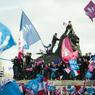 Un groupe de jeunes s'est hissé sur la statue du Lion de Belfort, sur la place Denfert-Rochereau à Paris.