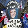 François Hollande a été, entre autres, la cible des slogans arborés lors de cette mobilisation de grande ampleur; comme ici, à Paris, sur cette panneau qui côtoyait des banderoles plus officielles.