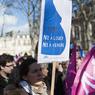 La crainte de la légalisation en France de la gestation pour autrui (GPA) et de procréation médicale assistée (PMA) était aussi présente sur les pancartes. Lundi, Manuel Valls a déclaré sur RTL que le gouvernement, lors du futur débat parlementaire consacré au projet de loi sur la famille, s'y opposerait.