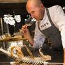 Le restaurant Koks de l'hôtel Foroyar est dirigé par le talentueux chef Leif Sorensen, artiste et poète culinaire dont les mets sont un tableau pour les yeux. ici, chips de morue.
