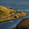 Quand il joue avec le vert et l'ocre des montagnes ou le bleu profond de la mer, le soleil signe de superbes œuvres, comme ici dans le fjord de Kaldbak.