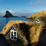 Bucolique à souhait, des petites maisons aux toitures végétales et aux murs de bois noir s'harmonisent avec le paysage.