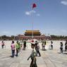 Ce renforcement de la sécurité à Pékin est particulièrement notable autour de la place Tiananmen, coeur du pouvoir communiste. Les agents des forces de l'ordre qui y sont déployés sont nouvellement équipés d'une arme à feu.